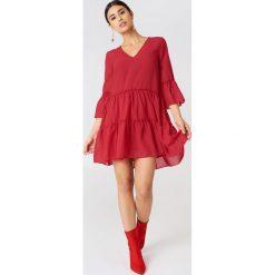 NA-KD Boho Sukienka mini z dekoltem V - Red. Czerwone sukienki boho marki Mohito, l, z materiału, z falbankami. Za 121,95 zł.