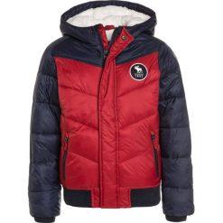 Abercrombie & Fitch CORE PUFFER  Kurtka zimowa red/navy. Czerwone kurtki chłopięce zimowe Abercrombie & Fitch, z materiału. W wyprzedaży za 295,20 zł.
