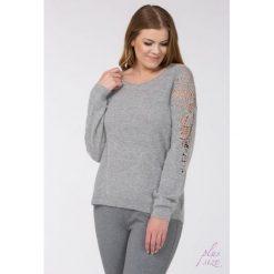 Swetry klasyczne damskie: Sweter z ażurowymi rękawami Plus
