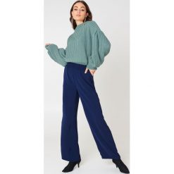 NA-KD Sweter z dzianiny z bufiastym rękawem - Green. Zielone swetry klasyczne damskie NA-KD, z dzianiny, z golfem. Za 121,95 zł.