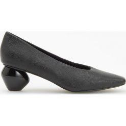 Czółenka na ozdobnym obcasie - Czarny. Czarne buty ślubne damskie marki Kazar, ze skóry, na niskim obcasie, na obcasie. Za 139,99 zł.