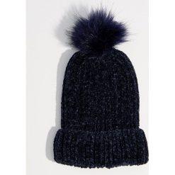 Szenilowa czapka z pomponem - Granatowy. Czerwone czapki damskie marki Mohito, z bawełny. Za 39,99 zł.