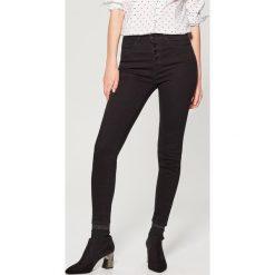 Jeansy skinny high waist - Czarny. Czarne boyfriendy damskie Mohito, z jeansu. Za 99,99 zł.