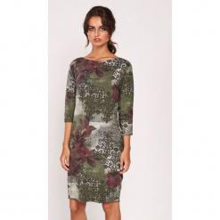 Sukienka w kolorze zielono-bordowym ze wzorem. Czerwone sukienki marki Dioxide, m, z okrągłym kołnierzem, midi, proste. W wyprzedaży za 119,95 zł.