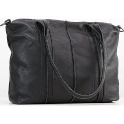 FREDsBRUDER LUNCHDATE Torba na zakupy black. Czarne torebki klasyczne damskie FREDsBRUDER. W wyprzedaży za 639,20 zł.