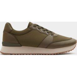 Buty sportowe basic w miejskim stylu. Brązowe buty sportowe damskie Pull&Bear. Za 69,90 zł.
