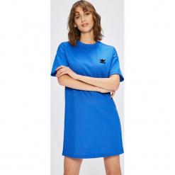 Adidas Originals - Sukienka. Niebieskie sukienki dzianinowe adidas Originals, na co dzień, casualowe, z okrągłym kołnierzem, z krótkim rękawem, mini. W wyprzedaży za 199,90 zł.
