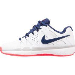 Nike Performance AIR VAPOR ADVANTAGE  Obuwie do tenisa Outdoor white/binary blue/wolf grey/solar red. Białe buty sportowe damskie Nike Performance, z gumy, na golfa. W wyprzedaży za 246,75 zł.