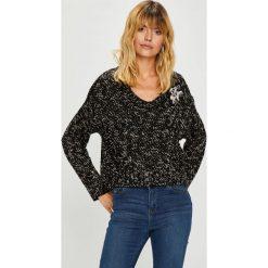 Guess Jeans - Sweter. Czarne swetry klasyczne damskie marki Guess Jeans, l, z bawełny. Za 399,90 zł.