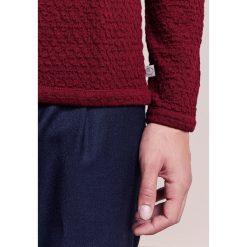 Swetry klasyczne męskie: Armani Collezioni WAFFLE Sweter rosso