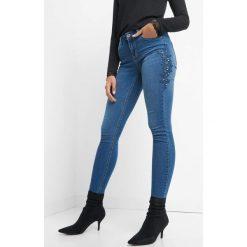 Jeansy z haftem i kryształkami. Niebieskie jeansy damskie marki Orsay. Za 99,99 zł.
