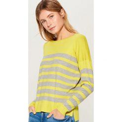 Sweter w paski - Szary. Czerwone swetry klasyczne damskie marki Mohito, z bawełny. Za 59,99 zł.