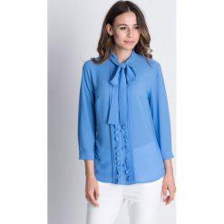 Szyfonowa bluzka z zakładkami i długim rękawem BIALCON. Niebieskie bluzki longsleeves marki BIALCON, z szyfonu, wizytowe, z kokardą. W wyprzedaży za 172,00 zł.