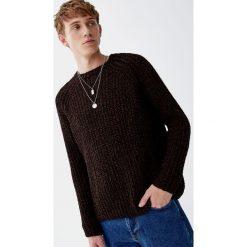 Gruby szenilowy sweter w czekoladowym kolorze. Brązowe swetry klasyczne męskie Pull&Bear, m. Za 109,00 zł.