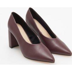 Czółenka na średnim obcasie - Bordowy. Czerwone buty ślubne damskie marki Reserved, na średnim obcasie. Za 139,99 zł.