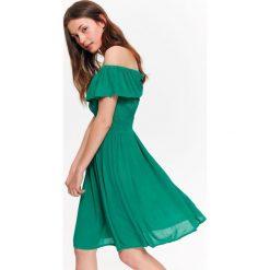 SUKIENKA Z ODKRYTYMI RAMIONAMI, Z FALBANKĄ. Szare sukienki z falbanami marki Top Secret, na lato, eleganckie, z falbankami, z odkrytymi ramionami. Za 69,99 zł.