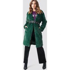 Galore x NA-KD Płaszcz z paskiem - Green. Zielone płaszcze damskie Galore x NA-KD, w paski, z futra. Za 364,95 zł.