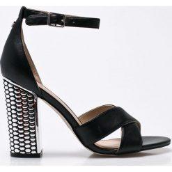 Guess Jeans - Sandały. Białe sandały damskie na słupku marki Graceland, w kolorowe wzory, z materiału. W wyprzedaży za 399,90 zł.