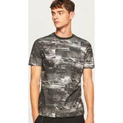 T-shirt z nadrukiem - Czarny. Czarne t-shirty męskie z nadrukiem Reserved, l. Za 49,99 zł.