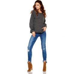 Sweter z wyjątkowymi rękawami grafit ANGEL. Szare swetry klasyczne damskie Lemoniade, na jesień, s, z jeansu, z dekoltem w łódkę. Za 139,90 zł.