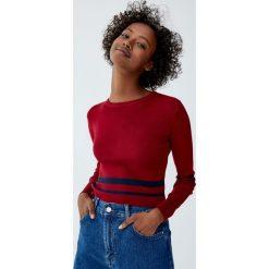 Krótki sweter z okrągłym dekoltem. Czerwone swetry klasyczne damskie Pull&Bear, z okrągłym kołnierzem. Za 59,90 zł.