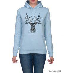 Bluza damska z jeleniem. Niebieskie bluzy z kapturem damskie marki Pakamera, z nadrukiem. Za 119,00 zł.