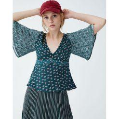 Koszula w stylu boho z dekoltem w serek. Zielone koszule damskie Pull&Bear, boho, z dekoltem w serek, z krótkim rękawem. Za 89,90 zł.