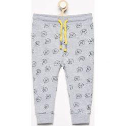 Spodnie dresowe we wzory - Jasny szar. Szare dresy chłopięce marki Reserved, z dresówki. Za 24,99 zł.