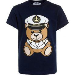 MOSCHINO Tshirt z nadrukiem blue navy. Niebieskie t-shirty chłopięce MOSCHINO, z nadrukiem, z bawełny. Za 249,00 zł.