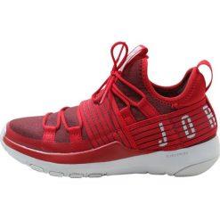 Jordan TRAINER PRO Obuwie do koszykówki red/white. Czerwone buty sportowe męskie Jordan, z materiału. W wyprzedaży za 220,35 zł.