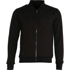 Czarna Bluza Get Control. Czarne bluzy męskie rozpinane marki Born2be, m, z nadrukiem, z dresówki, z kapturem. Za 79,99 zł.