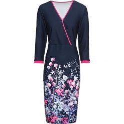 Sukienka bonprix ciemnoniebiesko-różowo-biały w kwiaty. Niebieskie sukienki dzianinowe marki bonprix, w kwiaty, z kopertowym dekoltem, kopertowe. Za 99,99 zł.