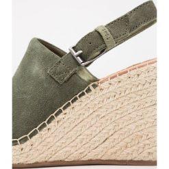 TOMS MONICA Sandały na obcasie medium green/pine. Zielone sandały damskie Toms, z materiału, na obcasie. Za 359,00 zł.