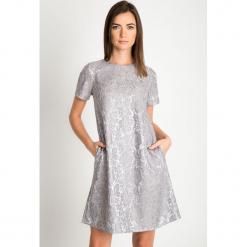 Srebrna sukienka z koronką QUIOSQUE. Szare sukienki balowe QUIOSQUE, s, w koronkowe wzory, z koronki, z kopertowym dekoltem, z krótkim rękawem, midi, kopertowe. Za 219,99 zł.