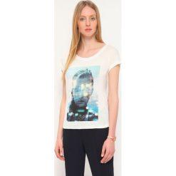 T-SHIRT KRÓTKI RĘKAW DAMSKI Z NADRUKIEM. Szare t-shirty damskie Top Secret, z nadrukiem, z wiskozy. Za 29,99 zł.