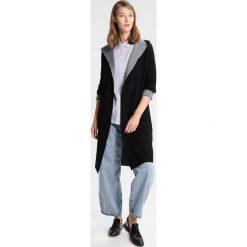 IKKS Krótki płaszcz noir. Czarne płaszcze damskie pastelowe IKKS, xs, z materiału. W wyprzedaży za 689,25 zł.
