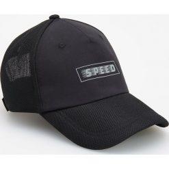 Czapka z daszkiem i nadrukiem - Czarny. Czarne czapki z daszkiem męskie Reserved, z nadrukiem. W wyprzedaży za 19,99 zł.