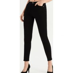 Jeansy skinny ze średnim stanem - Czarny. Niebieskie spodnie z wysokim stanem marki Reserved, z podwyższonym stanem. Za 59,99 zł.