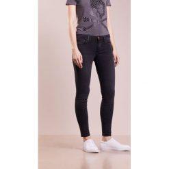 True Religion HALLE  Jeans Skinny Fit black denim. Czarne rurki damskie True Religion. W wyprzedaży za 671,20 zł.