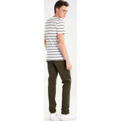 Calvin Klein PARKER REFINED Chinosy green. Pomarańczowe chinosy męskie marki Calvin Klein, l, z bawełny, z okrągłym kołnierzem. W wyprzedaży za 359,20 zł.