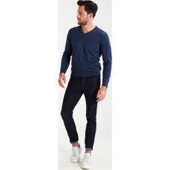 GANT WEIGHT VNECK Sweter dark jeansblue melange. Niebieskie kardigany męskie GANT, m, z bawełny. Za 419,00 zł.
