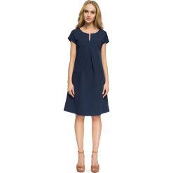 LILIAN Trapezowa sukienka z dekoltem - granatowa. Niebieskie sukienki hiszpanki Stylove, z krótkim rękawem, mini, trapezowe. Za 139,99 zł.