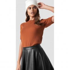 Luisa Lion x NA-KD Soft Knitted T-shirt - Orange. Zielone t-shirty damskie marki Emilie Briting x NA-KD, l. Za 121,95 zł.