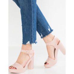 Melissa MAR Sandały na obcasie blush. Czerwone sandały damskie Melissa, z materiału, na obcasie. W wyprzedaży za 411,75 zł.
