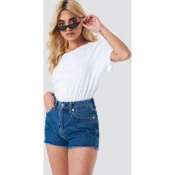 MANGO Szorty jeansowe z postrzępionymi nogawkami - Blue. Niebieskie bermudy damskie Mango, z jeansu. W wyprzedaży za 85,37 zł.