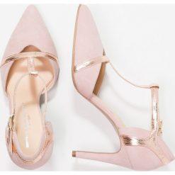 Brenda Zaro DIAN Czółenka rose water. Czerwone buty ślubne damskie Brenda Zaro, z materiału. W wyprzedaży za 407,20 zł.
