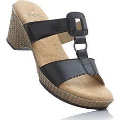 Klapki skórzane na koturnie bonprix czarny. Czarne buty ślubne damskie marki Kazar, z materiału, na wysokim obcasie, na koturnie. Za 59,99 zł.