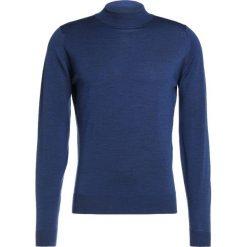 John Smedley HARCOURT Sweter indigo. Niebieskie swetry klasyczne męskie marki Tiffosi. W wyprzedaży za 587,30 zł.