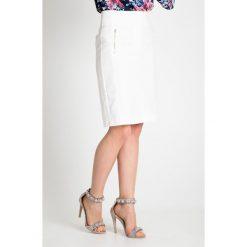 Biała spódnica z zamkami na biodrach QUIOSQUE. Białe spódnice wieczorowe marki QUIOSQUE, s, z haftami, z tkaniny, dopasowane. W wyprzedaży za 99,99 zł.
