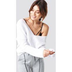 Pamela x NA-KD Sweter V-Neck Knitted - White. Białe swetry klasyczne damskie Pamela x NA-KD, z dekoltem na plecach. Za 121,95 zł.